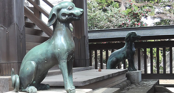 Komainu dog statues at Musashi Mitakesan Shrine